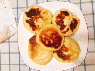 家庭版肉夹馍-早餐,焖熟后夹起装盘,此时皮还不够酥脆。