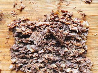 家庭版肉夹馍-早餐,将肉块切碎。
