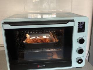 蒜香金针菇,送入预热好的烤箱,中层上下火200度、烤15分钟左右,这样嫩嫩的特别好吃😋