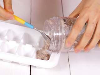 宝宝辅食 牛肉泥,放入辅食盒,可以冷冻起来,每次吃拿出一块就可以。
