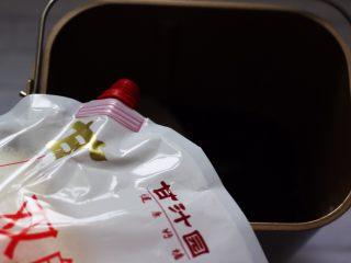 翡翠白玉生煎包,面包桶里加入称重后的100克面粉和50克菠菜汁,再加入10克克甘汁园双碳白砂糖和1克酵母,听说是无硫的比较健康,而且不容易变色,特别好溶解。