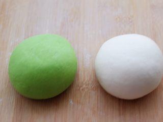 翡翠白玉生煎包,分别把两个颜色的面团排气揉匀后。