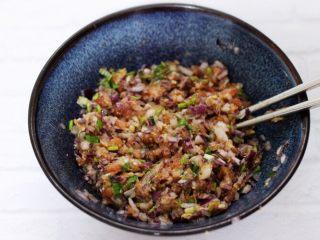 翡翠白玉生煎包,把所有的食材搅拌均匀就可以了。