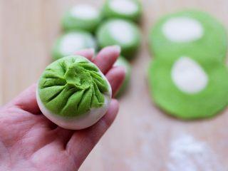 翡翠白玉生煎包,捏褶子收口,包成圆形的包子即可。