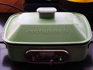 翡翠白玉生煎包,盖上锅盖中火,用中火慢慢煎制。