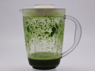 翡翠白玉生煎包,首先把菠菜叶洗净后放到料理机里,加入2克盐和适量水,把菠菜榨汁后过滤出来备用。
