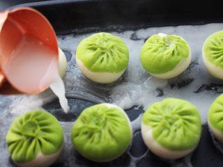 翡翠白玉生煎包,看见包子底下定型后,用少许淀粉和面粉用清水和成水状,倒入锅中。