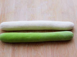 翡翠白玉生煎包,把揉好的两个面团搓成长条。