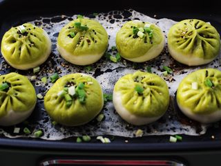 翡翠白玉生煎包,撒上少许葱花和黑白芝麻即可出锅。