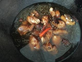 红烧猪蹄,此时的带筋猪蹄已经明显上色了,马上加水,大火烧开;