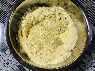 玉米窝窝头,倒入面粉中。然后每次少量加入温水,和成面团