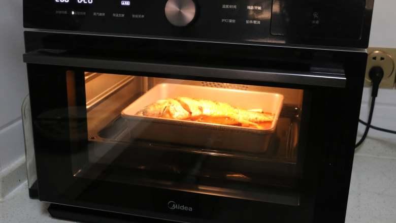 香辣烤鱼,烤箱提前预热好后,将烤盘放入烤箱中,200度烤20分钟。