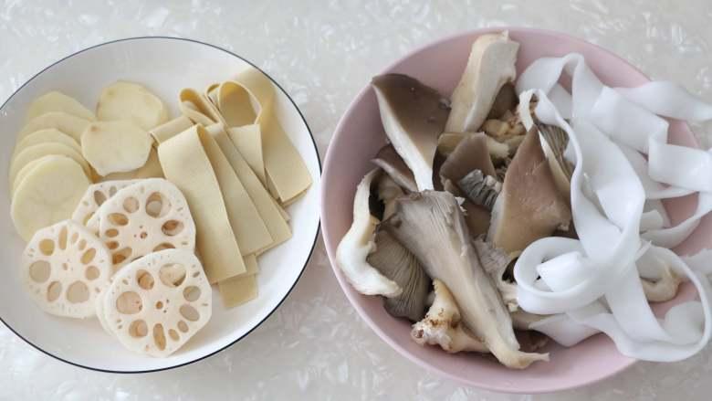 香辣烤鱼,现在准备配菜,我准备了藕片、土豆片、宽粉、蘑菇、豆皮,你也可以选择其他你喜欢的蔬菜。