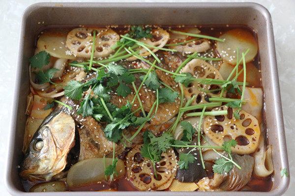 香辣烤鱼,烤好的鱼撒白芝麻、香菜即可食用。
