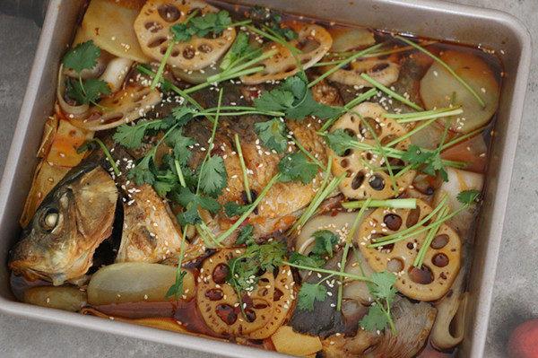 香辣烤鱼,烤好的鱼香辣过瘾,尤其是看着烤箱中的食材,滋~滋~的响,别提多馋人了。