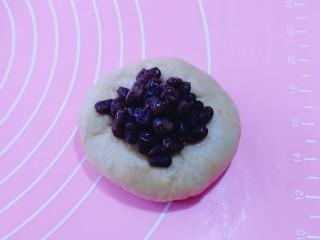红豆日式咖啡面包卷,取一块面团,用擀面饼,加入红豆,如包包子的手法包起来!依次包完!