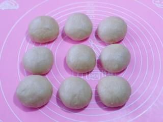 红豆日式咖啡面包卷,将面团取出排气,分割9等份,盖上保鲜膜醒15分钟!