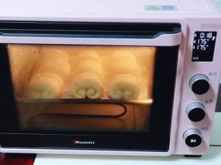 红豆日式咖啡面包卷,上下管175°烤18-20分钟,温度及时间仅供参考!具体请根据自家烤箱性能另定!(注意观察颜色,发现上色后立即加盖一张锡纸)