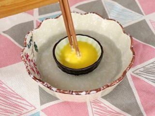 玉米脆片,将黄油隔热水融化 tips:这里黄油大家尽量选用无盐的黄油,动物性黄油