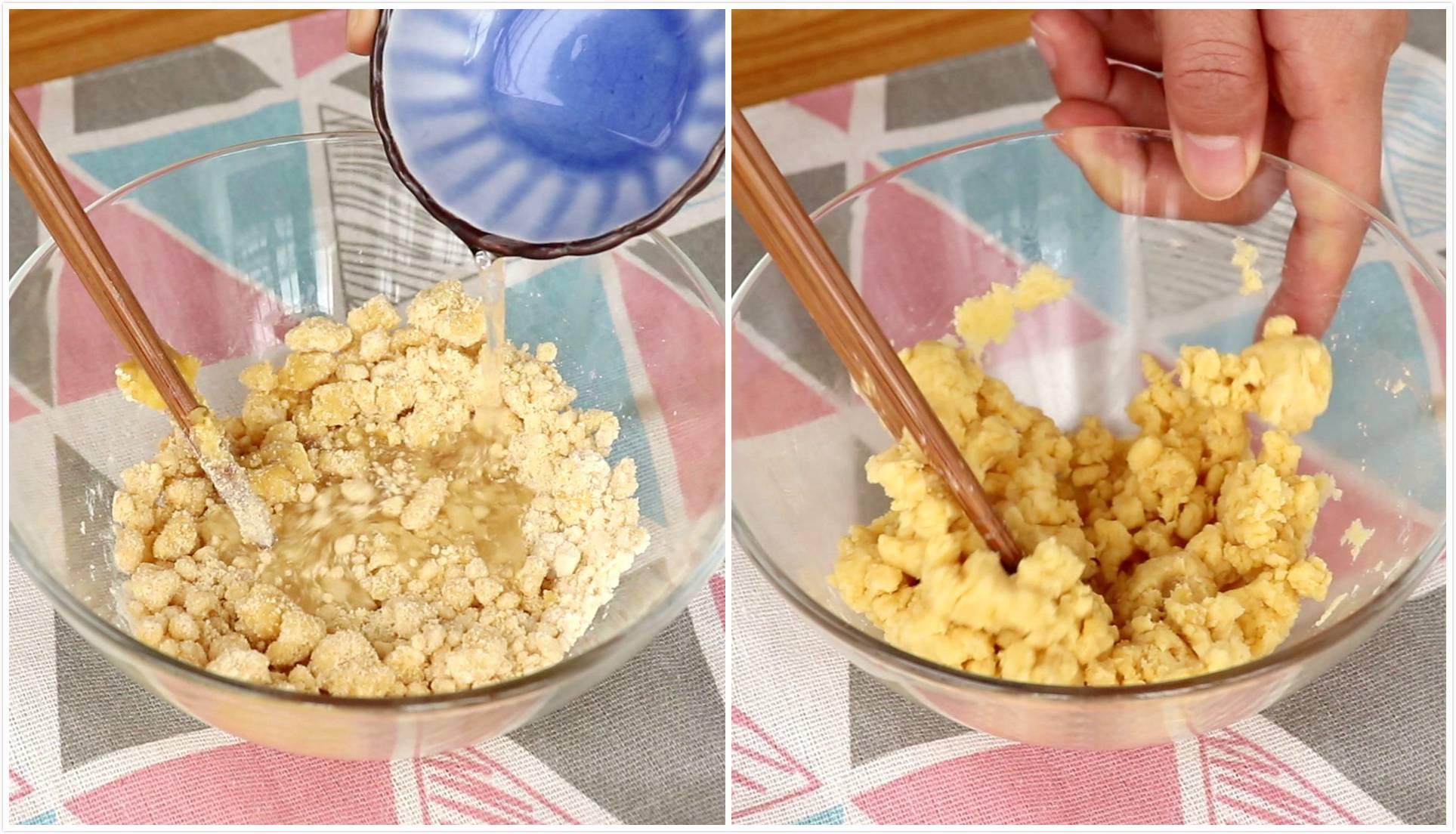 玉米脆片,倒入16g清水,搅拌均匀</p> <p>tips:由于不同面粉的吸水量不同,水的量大家少量多次的加,一般调整在16g左右即可</p> <p> 只要面团湿度以用黄豆粒大一点儿的面团压成一角硬币大小的面片,不易开裂就可以了