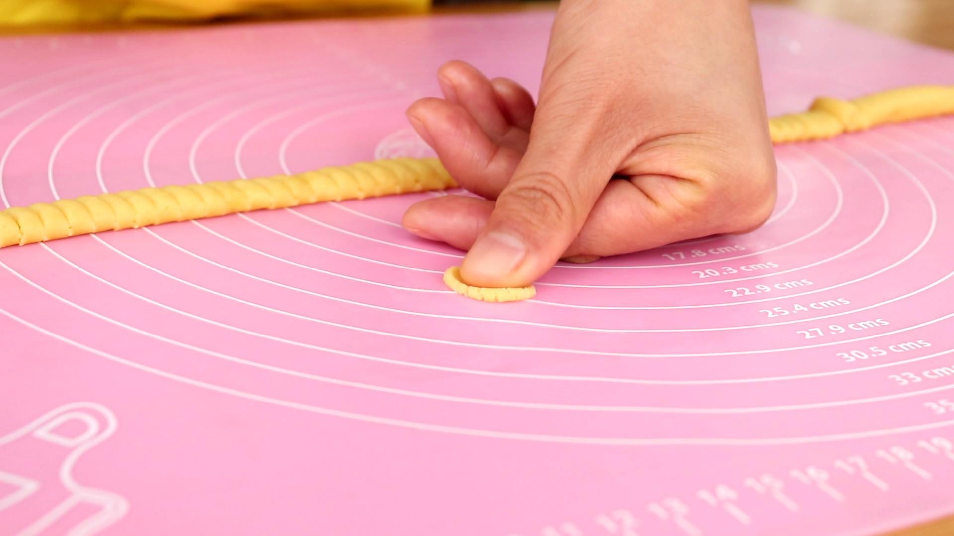 玉米脆片,用大拇指轻轻的压扁</p> <p>tips:压扁的形状大概是一角硬币的大小,这样易熟,还不易糊