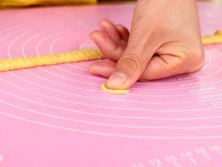 玉米脆片,用大拇指轻轻的压扁 tips:压扁的形状大概是一角硬币的大小,这样易熟,还不易糊