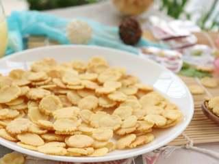 玉米脆片,小小的玉米片,宝宝的小手可带劲儿的捏来捏去的吃呢~