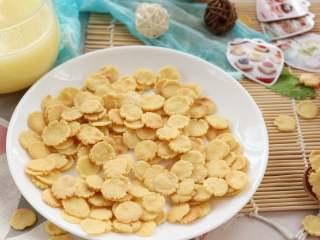 玉米脆片,煎至熟透的玉米片,脆脆的,带着玉米的米香味以及黄油淡淡的油香味,宝宝爱吃到停不下来~