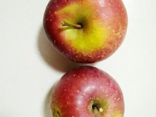 苹果派,苹果两个把它清洗干净,把皮削掉,去核