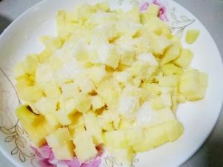 苹果派,再撒点白糖搅拌均匀,腌制出水分,大概半个小时左右