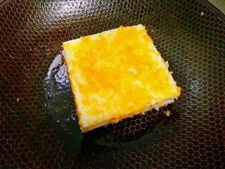 苹果派,另起锅,下少许油,把做好的土司片放下去小火慢煎,煎的过程中要用铲子把吐司片四周都压一下,把口给压紧了以免馅料掉出来。
