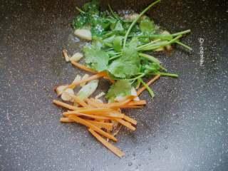 酸辣酥肉汤,加入少许胡萝卜丝和香菜段