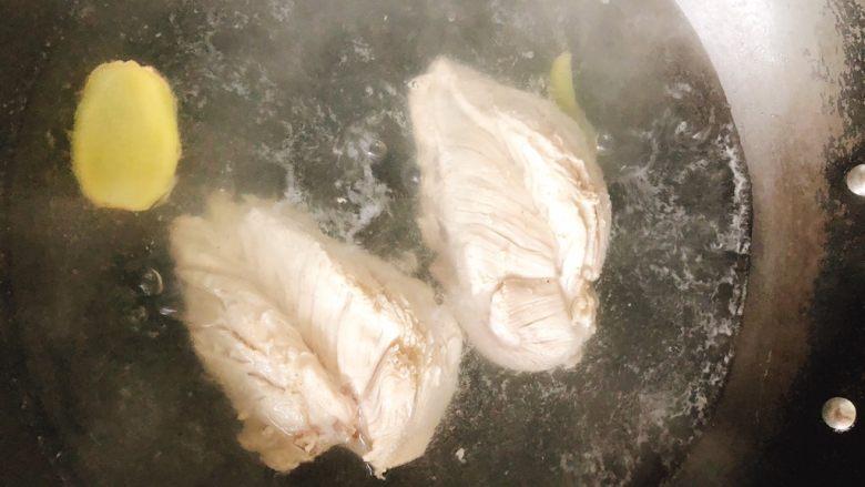 减肥瘦身餐也可以这么好吃-凉拌鸡丝,锅里水烧开,放入2片生煎、2勺料酒,煮30分钟。