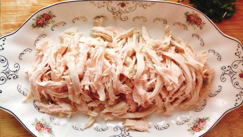 减肥瘦身餐也可以这么好吃-凉拌鸡丝,用手撕成鸡丝装盘里。
