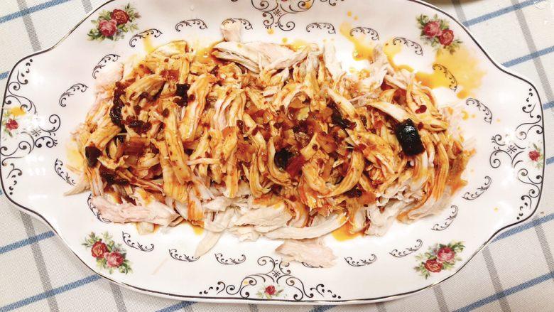 减肥瘦身餐也可以这么好吃-凉拌鸡丝,将酱料浇到鸡丝上。