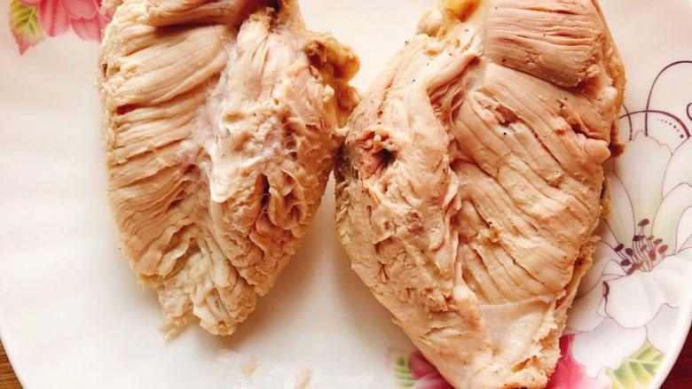 减肥瘦身餐也可以这么好吃-凉拌鸡丝,将煮熟的鸡胸肉捞起放至常温。