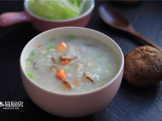 香菇鸡肉粥,盛入碗中,一碗鲜香绵稠的香菇鸡肉粥就做好了。