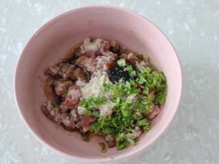 娃娃菜卷肉,猪肉馅中加入生抽、老抽、料酒、鸡粉、盐、葱花、蚝油。