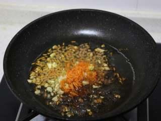 娃娃菜卷肉,少许生抽,盐,水淀粉,制成汤汁。