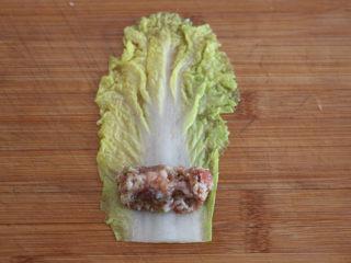 娃娃菜卷肉,取一片娃娃菜,包裹上一勺肉馅。