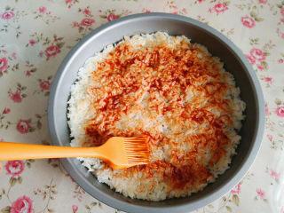大米披薩,用刷子將番茄醬均勻地涂抹在米飯上,