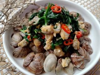 韭菜爱上花蛤,出锅,装盘。一道美味又不失颜值的菜品就好了。😄😄😄