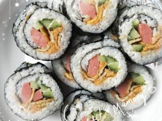 寿司,卷好切开,切的时候刀上沾水切好切,然后淋上番茄酱,就可以开吃啦