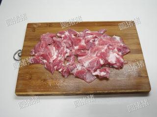 葱爆羊肉,羊腿肉放冰箱冻硬一会,切成2mm厚的薄片。