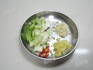 葱爆羊肉,大葱切斜刀片,红椒切小片,生姜、大蒜切碎。