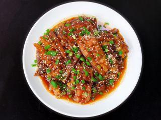 酱汁烧茄子,起锅后撒上葱花和熟芝麻即可食用