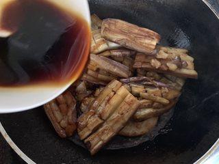酱汁烧茄子,然后淋入酱汁大火烧煮入味并收汁