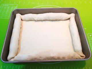 香肠苹果披萨,用面皮把火腿肠抱起来,尽量卷得紧实点