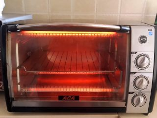 香肠苹果披萨,烤箱180W预热8分钟
