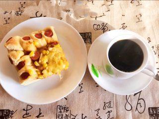 香肠苹果披萨,香肠苹果披萨配上一杯现磨咖啡,早餐开始了~